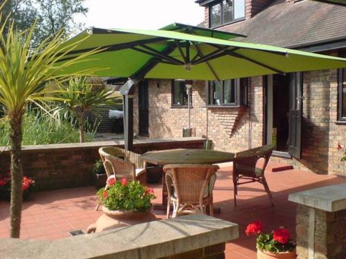 coole terrasse balkonmöbel ideen sonnenschirm schatten