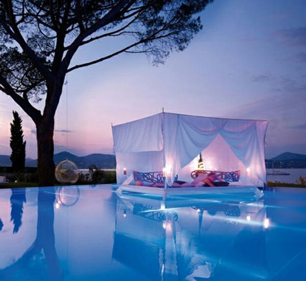 dekoration im außenbereich himmelbett swimmingpool