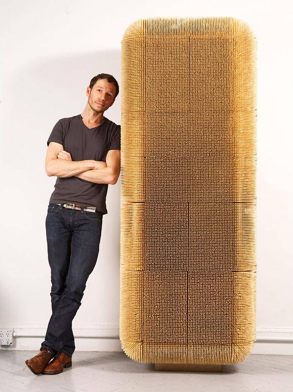 Designer Schrank mit einer schützenden Schicht aus 80 000 Stäbchen