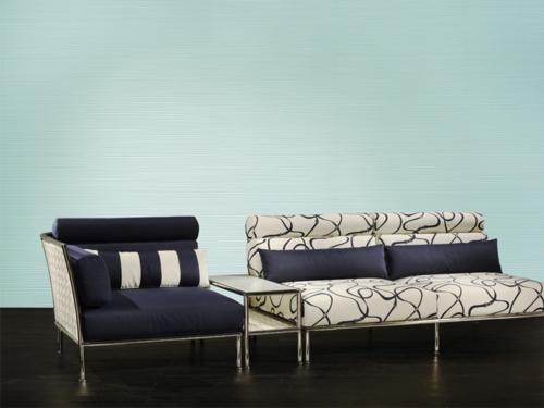 designer sofa blau weiß kissen streifen bank niedrig beistelltisch