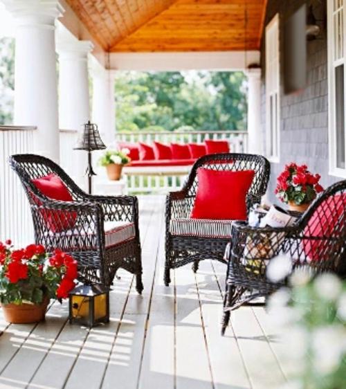 farbenfrohe balkon ideen design korbmöbel rot