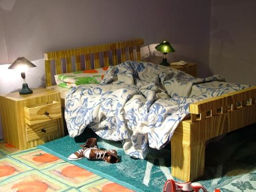 schlafzimmer idee holz nachttisch lagerung möglichkeit unter dem bett