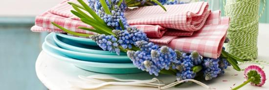 frühjahr deko tischdeko teller frisch blau blumen kranz
