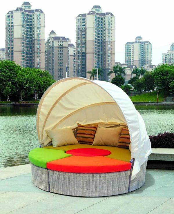 Sofa und Relax Liege im Garten gestreift kissen sonnenschirm schutz