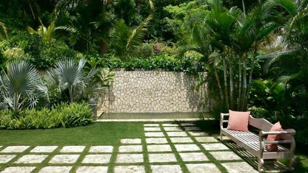 gartengestaltung mit steinen hof gras pflanzen kieselstein wand
