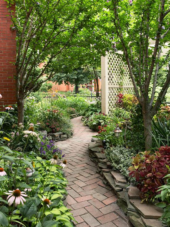 gartenpfade und gartengänge zaun gitter holz