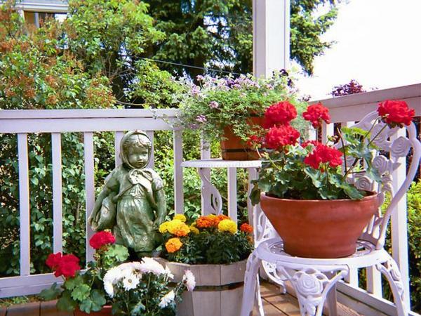 hängenden garten auf balkon gestalten garten terrasse statue