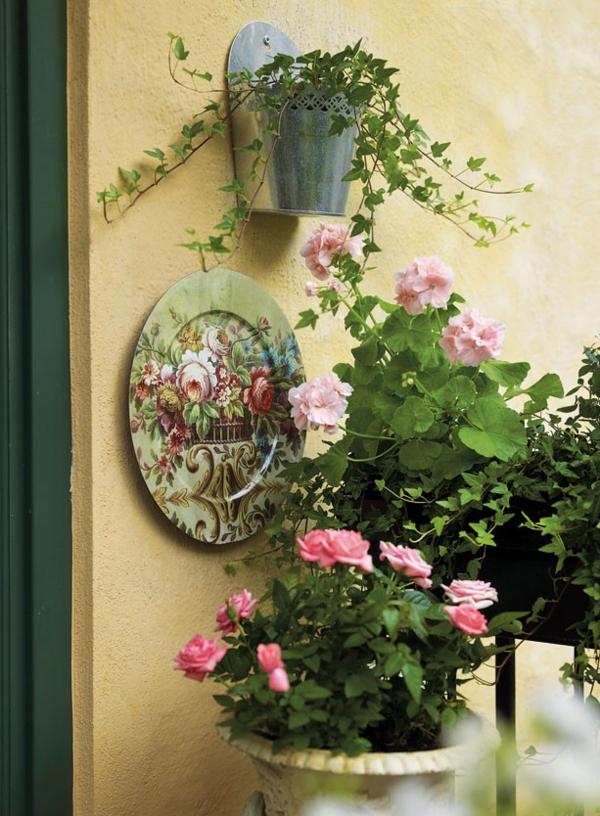 hängenden-garten-auf-balkon-gestalten-kleingarten-rosa