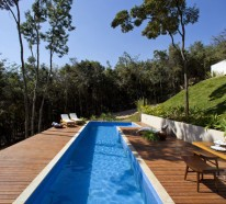 Helles jugendliches Haus in der felsigen Landschaft in Brasilien