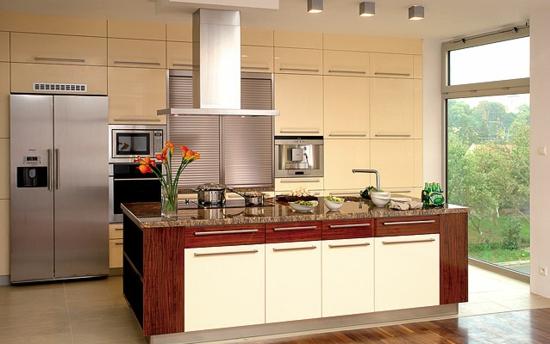 küche einrichtung weiß hellgelb blumen vase