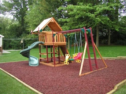 kinderspielplatz im hinterhof häuschen rutsche schaukeln