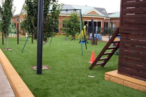 kinderspielplatz im hinterhof häuschen schaukeln rasen