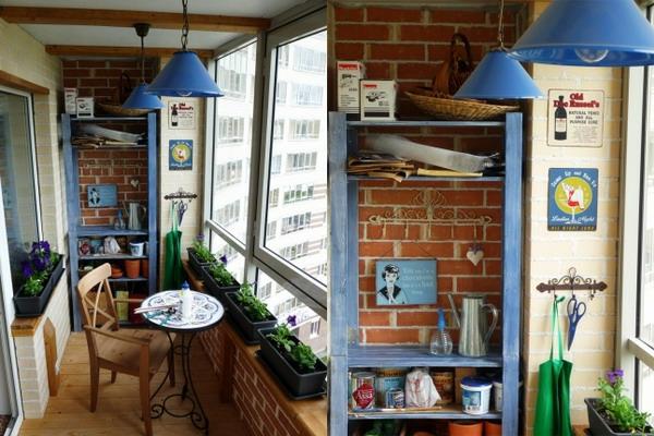 kleiner balkon ideen eng blau lampen blumenkübel tisch rund