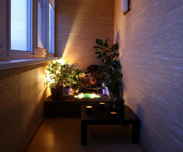 kleiner balkon ideen niedrig tisch blumentopf beleuchtung