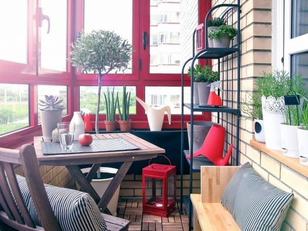 kleine terrasse ideen rot fensterbrett möbel holz pflanzen