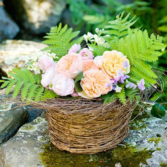 Boden Dekoration lila Blumen Kerzen