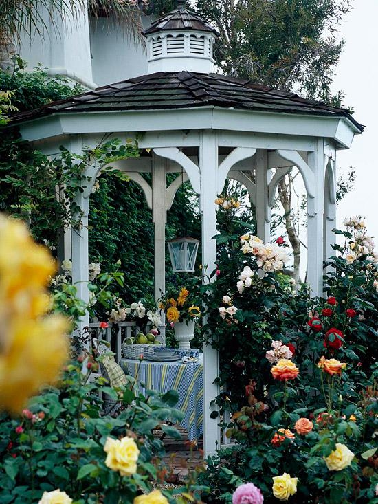 offene gartenlaube holz garten rosen bett