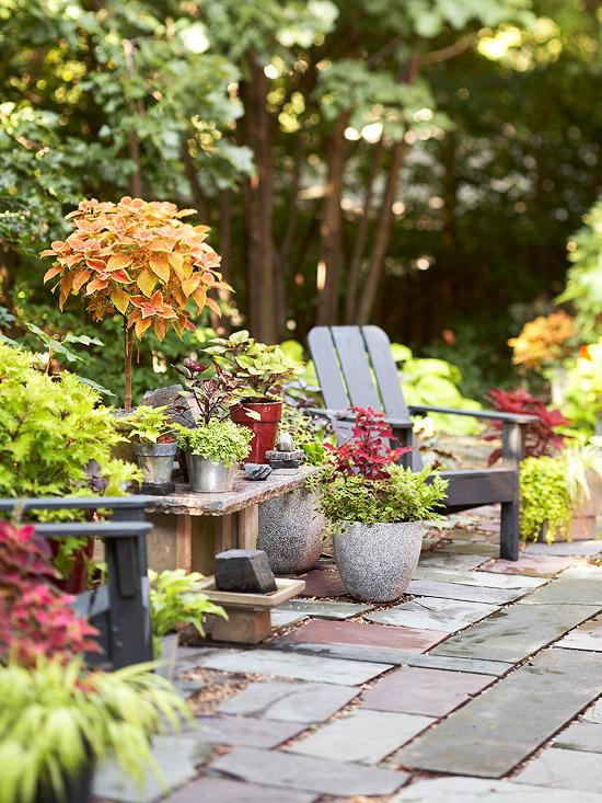 patio landschaft ideen beton grau blumentopf metall lehnstuhl