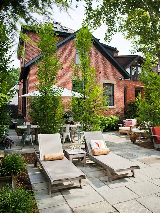 patio landschaft ideen beton liegestuhl auflagen beige sonnenschirm
