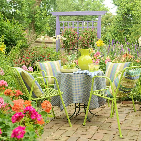 patio landschafti ideen lebhaft farben metallisch gitter stühle grün