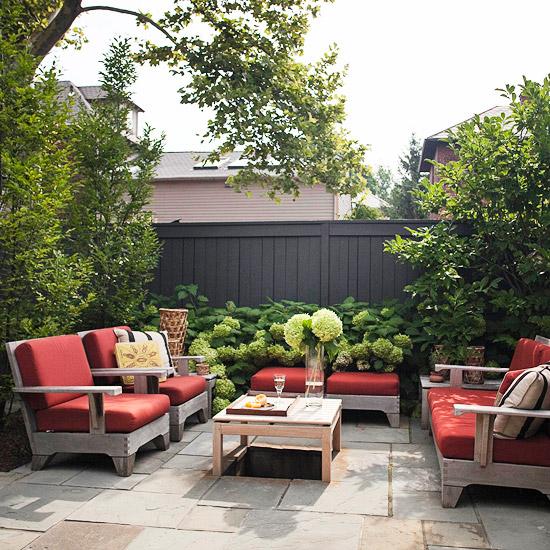 patio landschaft ideen rot auflagen niedrig möbel holz