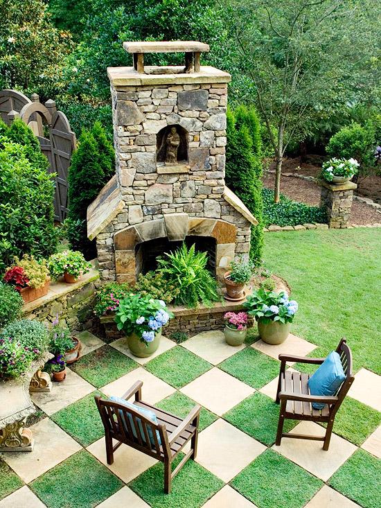 patio landschaft ideen schahbrettmuster grünfläche holz stuhl kamin