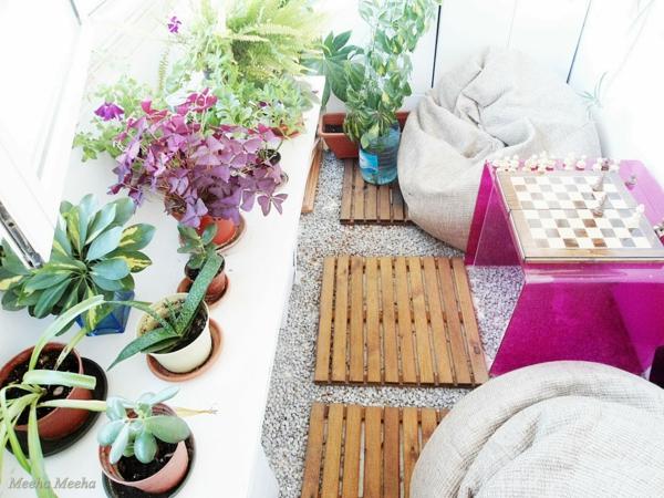 pflanzen für balkon hängen rosa zen holzplatten