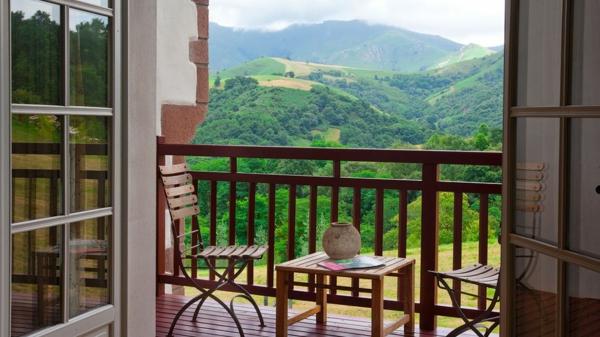 praktische balkon ideen bunt holz gitter natur schön