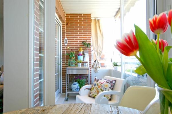 praktische balkon ideen bunt weiß ziegelwand tulpen rot