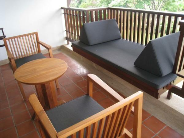 praktische balkon ideen holz grau auflagen möbel gitter