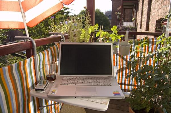 praktische balkon ideen markise sonnenschrim arbeitsplatz