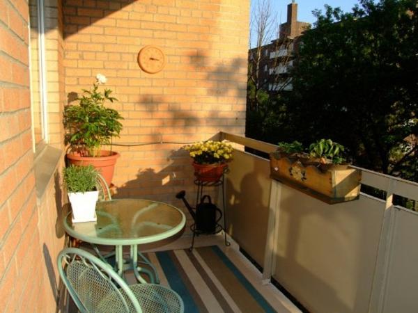 praktische balkon ideen metall gitter sitzmöbel glas
