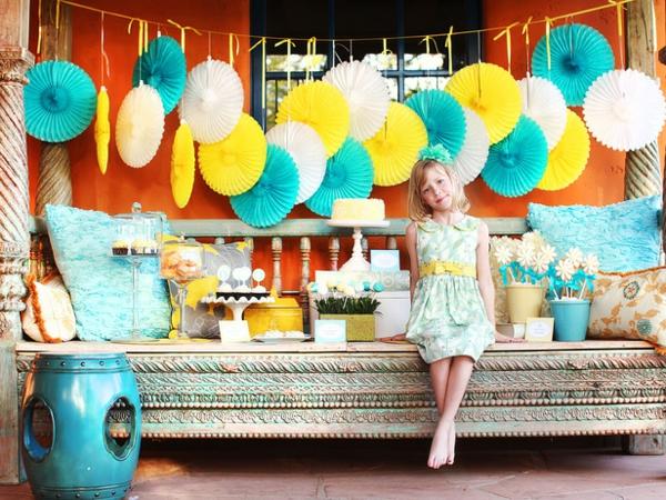 schöne deko ideen zum muttertag blume hängend blau gelb weiß design