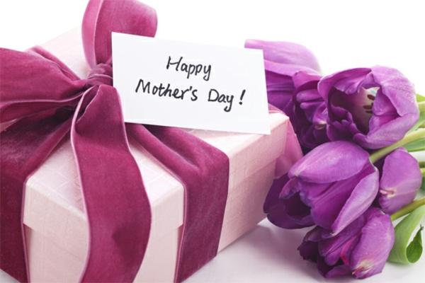schöne deko ideen zum muttertag lila geschenk tulpen