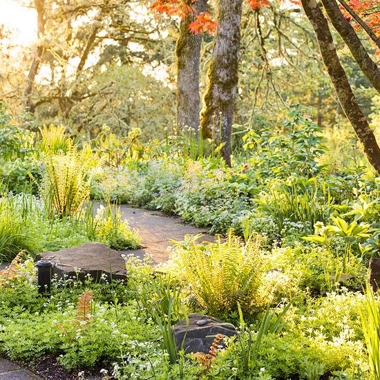 Frühlingsideen dafür, wie man einen Schatten Garten gestalten kann