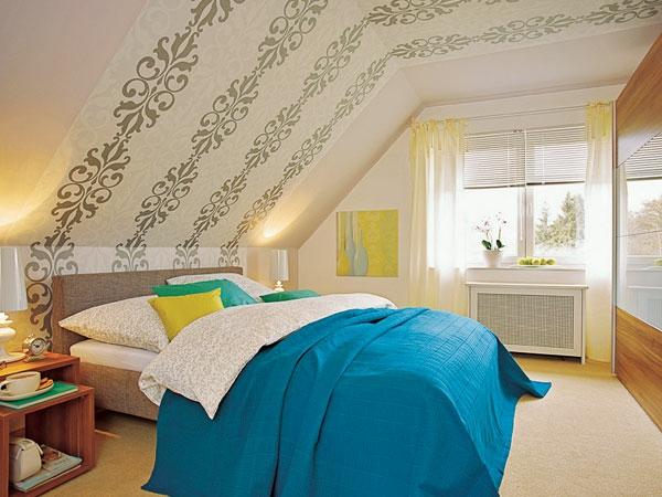 Kleines Schlafzimmer Neu Gestalten : Das Bett steht unter einer schrägen Zimmerdecke, zum Beispiel in