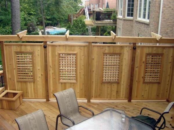 Holzzaun oder Sichtschutz aus Holz im Garten - schützend