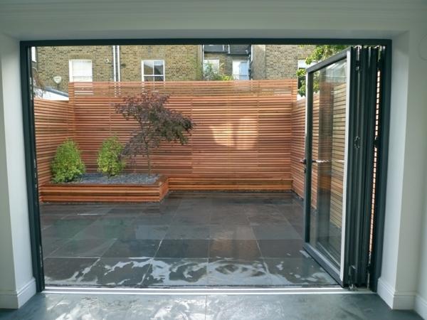 Holzzaun oder Sichtschutz aus Holz im Garten - englischer Stil