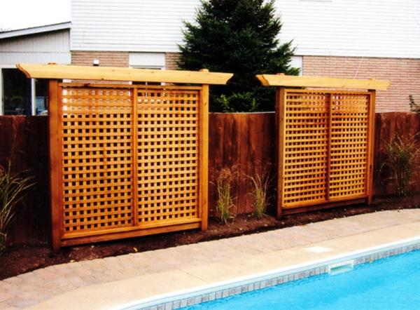 Holzzaun oder Sichtschutz aus Holz im Garten - Gitter