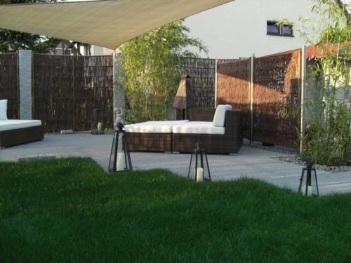 balkon sichtschutz  terrasse beige auflage sofa