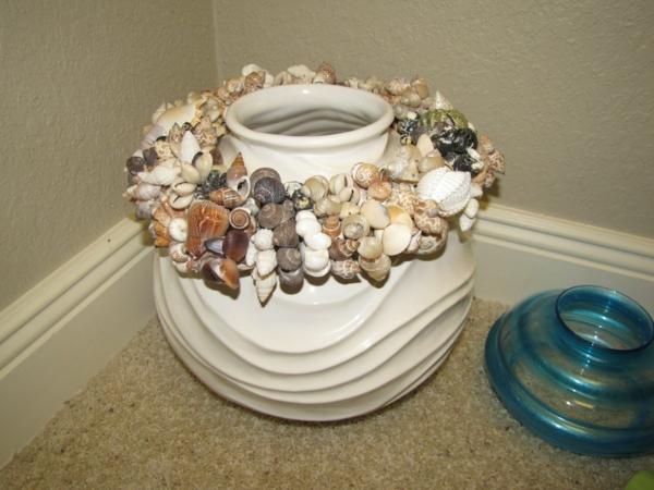 sommer deko ideen bett vase keramik muschelschalen