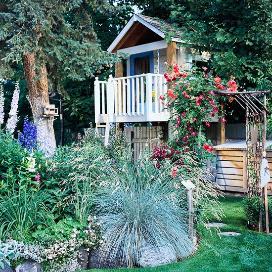 spielhaus im garten idee pflanzenarten hinterhof