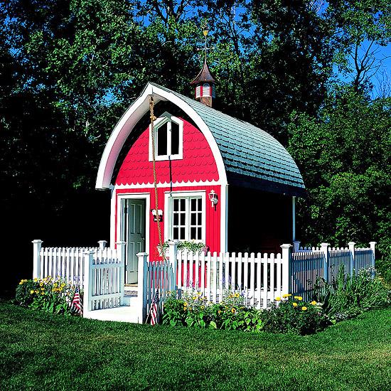 spielhaus im garten rot textur gitterzaun holz weiß lackiert