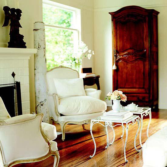 stilvolle deko in weiß polstersessel tisch blumen holzschrank