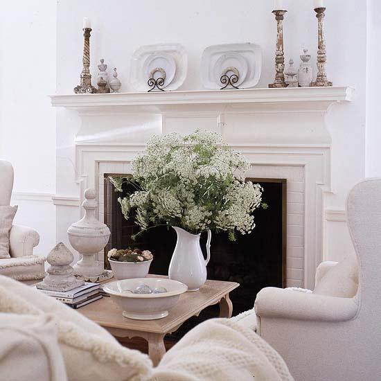 stilvolle deko in weiß sessel kerzenständer blumenstrauß