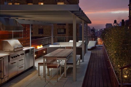 coole terrassenüberdachung küche essbereich sofa wohnecke liegen