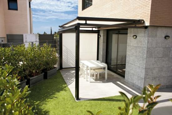 coole terrassenüberdachung veranda schutz essbereich blumen gras