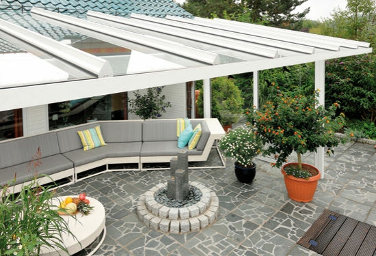 coole terassenüberdachung veranda schutz sofa entspannungsecke