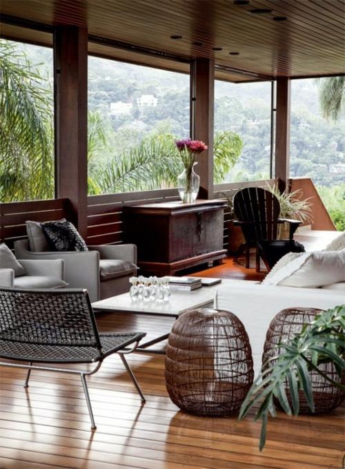 veranda aus holz holzboden außenmöbel glas korbmöbel