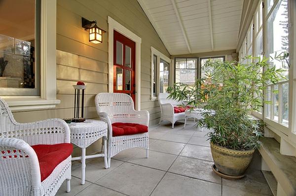 veranda design ideen holz tisch rot weiß rattan